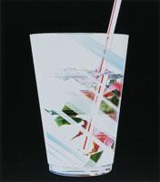 植物の柄のついたコップに刺したストロー