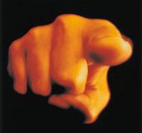 指を指す手のアップ