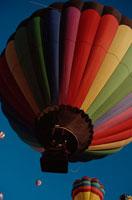 空を飛ぶ複数の熱気球