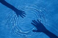 水紋とシルエット 00253001055| 写真素材・ストックフォト・画像・イラスト素材|アマナイメージズ