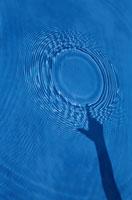 水紋とシルエット