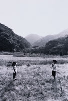 糸電話で話す2人の日本人の子供達 B&W