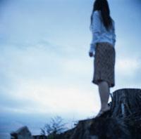頂上に佇む女性