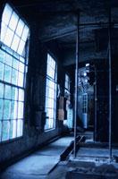 窓からの光に照らされる廃墟