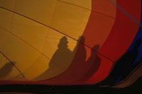 熱気球に映る3人の影