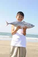 鰹を持つ子供 00268010819| 写真素材・ストックフォト・画像・イラスト素材|アマナイメージズ