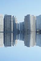 横浜のビル群の映り込み