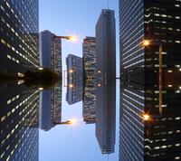 夜景の新宿ビル群の映り込み