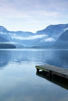 世界遺産ハルシュタットの湖畔の朝焼けと橋桁