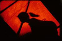 女性の横顔のシルエット(オレンジ色)