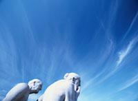 青空と横向きの白い彫刻2体