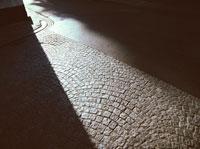 日差しのあたる石畳の道  ブルッヘ ベルギー