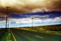 道に立つ電柱と雲