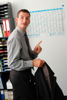 オフィスで指を立てる外国人ビジネスマン