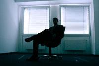 いすに座る外国人ビジネスマンのシルエット