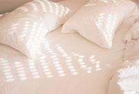 ベッドのシーツや枕と射しこむ光 00293020152| 写真素材・ストックフォト・画像・イラスト素材|アマナイメージズ