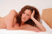 ベッドに横になる外国人女性