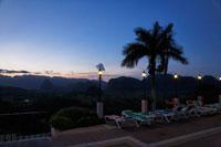 プールサイドから見る夕景 00293021384| 写真素材・ストックフォト・画像・イラスト素材|アマナイメージズ