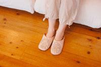 スリッパを履いた女性の足元