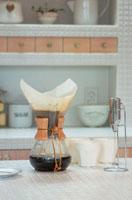 キッチンのコーヒーポットとカップ