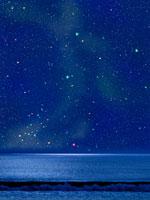 夏の浜辺と星空 00299010500| 写真素材・ストックフォト・画像・イラスト素材|アマナイメージズ