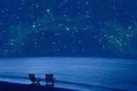 浜辺にある二つの椅子と夏の星空 00299010505B| 写真素材・ストックフォト・画像・イラスト素材|アマナイメージズ