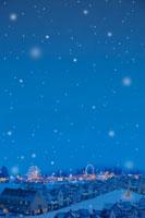 雪が降るクリスマスの町並み