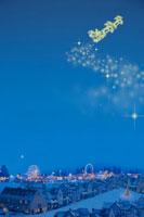 サンタクロースとクリスマスの町並み 00299010518A| 写真素材・ストックフォト・画像・イラスト素材|アマナイメージズ