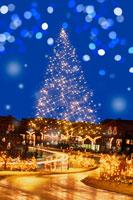 雪降る街とイルミネーション 00299010547| 写真素材・ストックフォト・画像・イラスト素材|アマナイメージズ