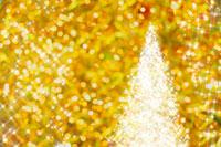 金色の光の中のイルミネーションとクリスマスツリー