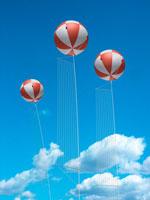 青空に浮かぶアドバルーン 00330000792| 写真素材・ストックフォト・画像・イラスト素材|アマナイメージズ