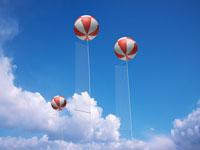 青空に浮かぶアドバルーン 00330000793| 写真素材・ストックフォト・画像・イラスト素材|アマナイメージズ