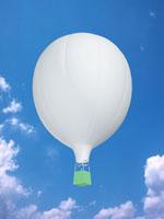 青空に浮かぶ気球