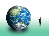 大気を帯びた地球を眺めるビジネスマンフィギア