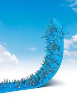 上向いた青の矢印の上を歩く群衆イメージ