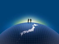 日本地図上で握手するビジネスマン