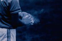 野球で滑り止めをつける若者 B/W