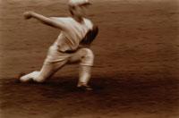野球でボールを投げる男性 セピア