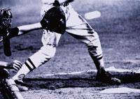野球のキャッチャーと打者の下半身 B/W