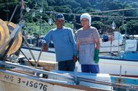 漁船にのる日本人中高年夫婦 00362010182| 写真素材・ストックフォト・画像・イラスト素材|アマナイメージズ