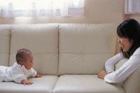 ソファの上の赤ん坊と母親 00362011096| 写真素材・ストックフォト・画像・イラスト素材|アマナイメージズ
