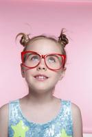 赤いメガネとブロンド少女