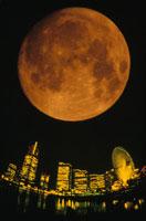 月と観覧車とビル(みなとみらい21) 横浜市 神奈川県
