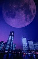 横浜のビルの夜景と月の合成 00367010519| 写真素材・ストックフォト・画像・イラスト素材|アマナイメージズ