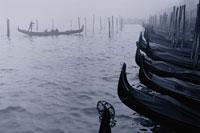 船着場とゴンドラ B/W ベニス イタリア