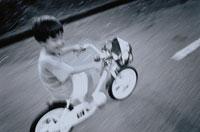 自転車に乗る日本人の男の子 B/W