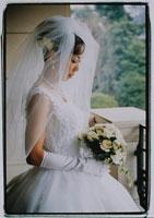 ウエディングドレスの女性横向き