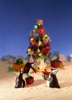 クリスマスツリー・プレゼントを持ったペンギン