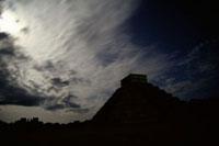 チチェン・イツァ遺跡 シルエットのエル・カスティージョ 00414010375| 写真素材・ストックフォト・画像・イラスト素材|アマナイメージズ