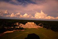 チチェン・イッツァ遺跡 戦士の神殿全景 00414010384| 写真素材・ストックフォト・画像・イラスト素材|アマナイメージズ